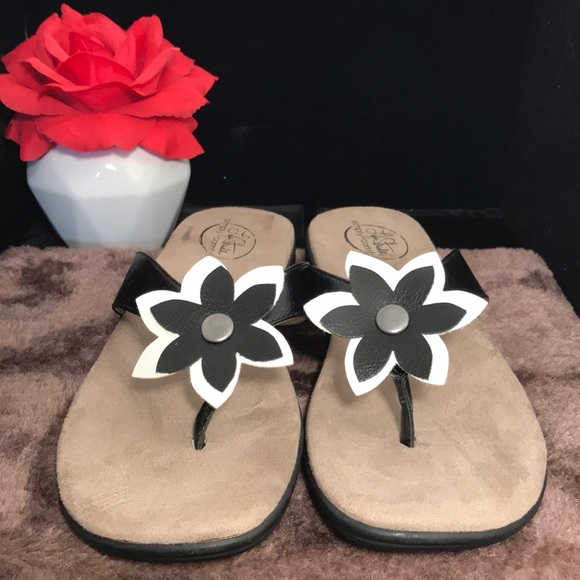 LIFE STRIDE  comfy flower thong sandals size 7.5M